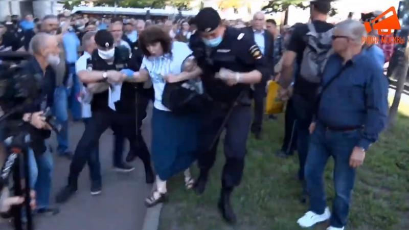 Задержания полицией на несогласованном митинге 22 июня в Москве